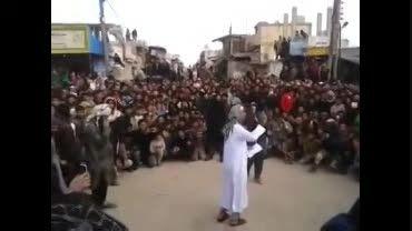 قطع وحشیانه دست سارق توسط داعش !!(+18)