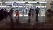 بازی کودک در ایستگاه قطار