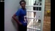فرار دیدنی پسر سیاهپوست از درب زندان !!
