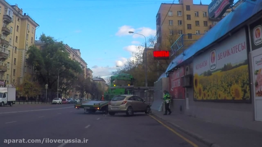 حمل ماشین متخلف توسط جرثقیل در مسکو