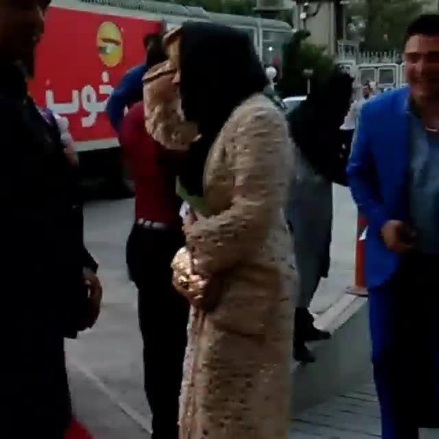 ورود نیوشا ضیغمی و همسرش به پانزدهمین جشن حافظ