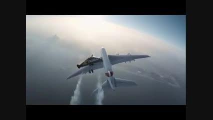 پرواز انسان در کنار بزرگترین هواپیمای جهان