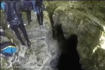 افتادن مرد در دره