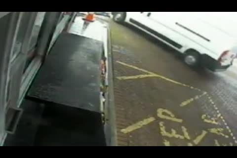 راننده ای با خودرو خودش زیر گرفته شد!!!