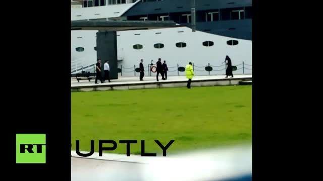 مردی با لباس مرگ در نمایشگاه اسلحه در لندن