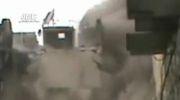 سرباز ارتش سوریه در یک ساختمان وقتی در اثر انفجار یک طرف ساختمان فرو می ریزد!