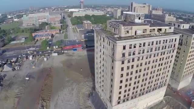 ثبت تصاویر فرو ریختن هتل توسط یک پهباد