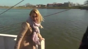 به آب افتادن مجری زن در برنامه زنده تلویزیونی