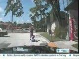 پلیس وحشی امریکا با تفنگ الکتریکی به دختر جوان شلیک می کند