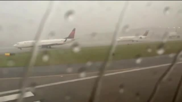 لحظه برخورد صاعقه به بویینگ 737