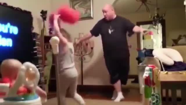 رقص پدر برای بازی با فرزندانش