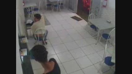 حمله شجاعانه دختر به دزد و مجازات وی