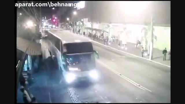 خودکشی مرد دیوانه زیر اتوبوس...!
