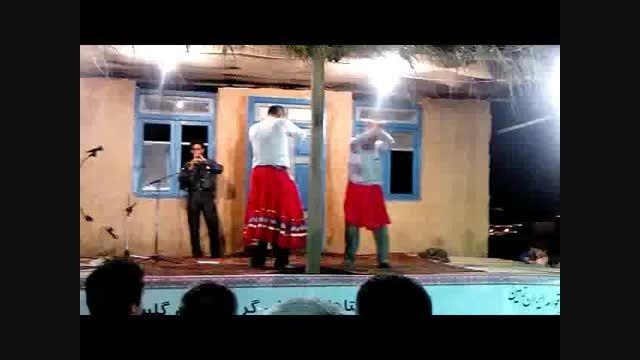 آیین سنتی رقص مردان با دامن زنانه درجشنواره اقوام ایران