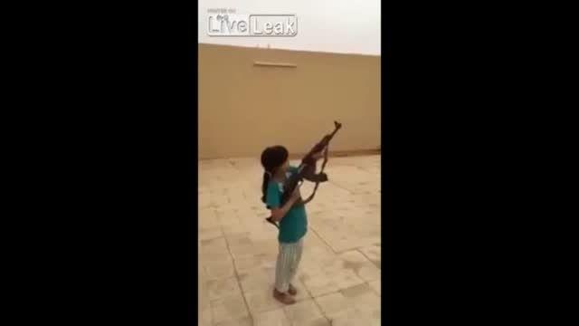 دادن اسلحه به یک دختر بچه ۱۰ ساله عربستانی