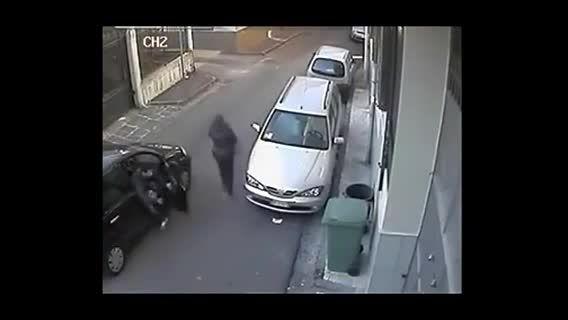 حمله دو نفر به یک زن در خیابان