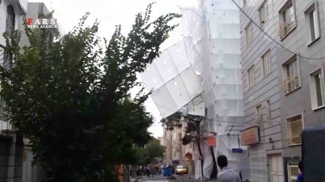 سقوط داربست بر اثر طوفان تهران