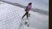 ناپدید شدن دختر چینی در حفره بوجود آمده در پیاده رو.