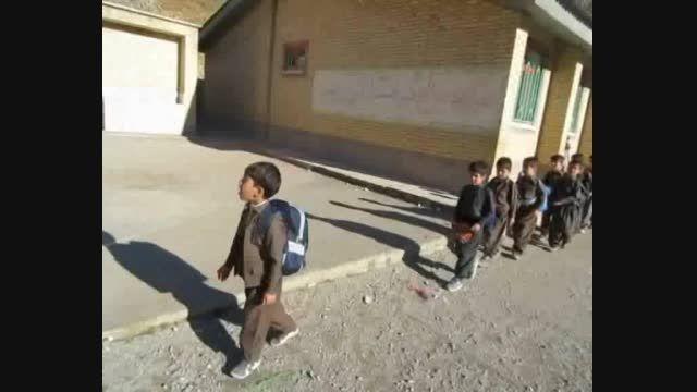 گریه کودک 8 ساله لباس نو به تن همکلاس هایش پوشید