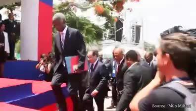 لحظه زمین خوردن فرانسوا اولاند در هائیتی!!!!