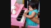 پیانو زدن ملینا دختر شادمهر عقیلی (: