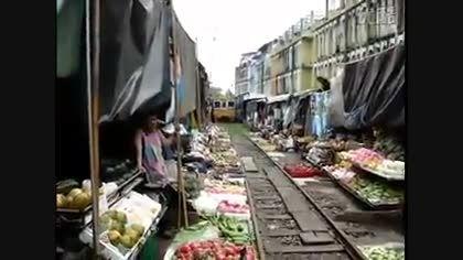 بازاری وسط راه آهن