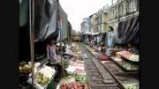 قطاری که از داخل بازار میوه فروشی حرکت میکنه