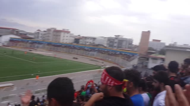 تشویق سید احمد محمدی در بین دو نیمه بازی نساجی - پاس