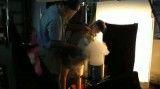 فرو کردن دست در نیتروژن مایع با دمای منفی ۲۰۰ درجه سانتی