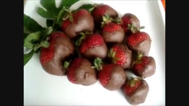 طرز تهیه دسرِ شکلات و توت فرنگی