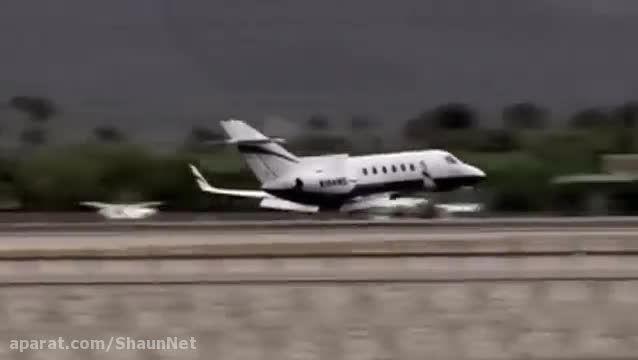 فرود هواپیمای جت بدون چرخ بر روی باند فرودگاه کالیفرنیا