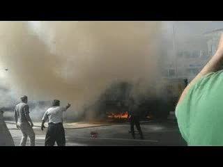 تصادف منجر به آتش سوزی و نجات جان راننده از میان آتش