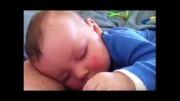 کودکی که در خواب با صدای بلند می خندد