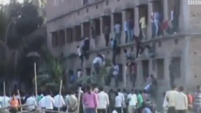برخورد پلیس هند با والدینی که به فرزندان خود تقلب رساند
