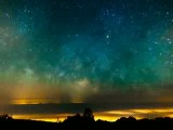 منظره کهکشان راه شیری از فراز کوهستان