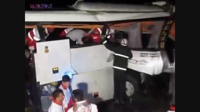 تصادف اتوبوس با تریلر در محور کاشان