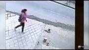 لحظه سقوط وحشتناک عابر پیاده در گودال