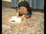 عروسکی که مشق می نویسد