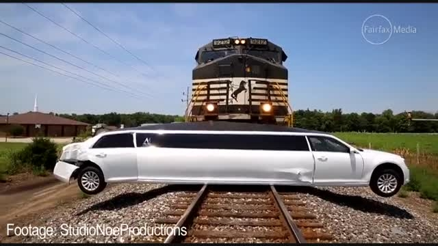 لحظه تصادف قطار با لیموزین