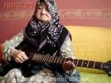 مامان بزرگ گیتاریست