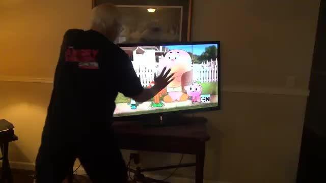 پدربزرگ عصبانی تلویزیون hd را نابود می کند