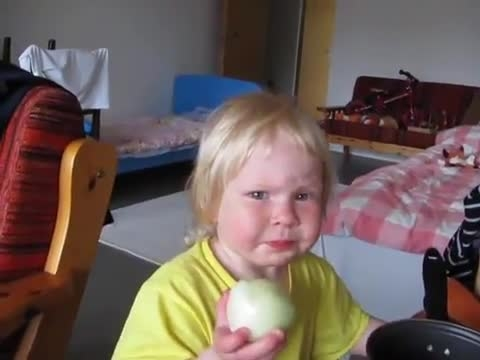 عکس العمل خنده دار بچه با خوردن پیاز !!