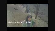 زنی در کمال خونسردی مردان رهگذر را با چاقو زخمی می کند