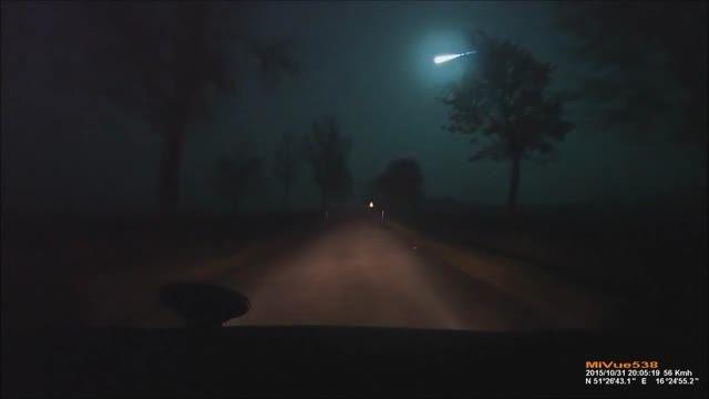 لحظه ی برخورد یک شهاب سنگ به زمین