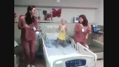 رقص پرستارها با کودک سرطانی