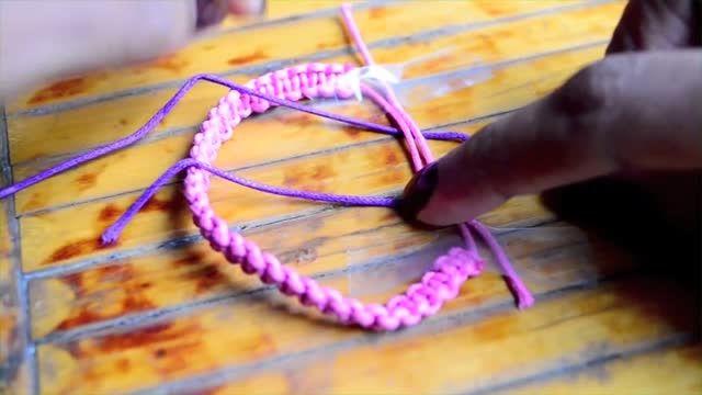 دستبندهای رنگی بسازید.