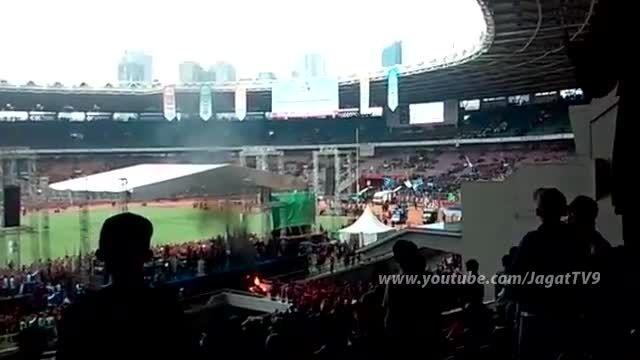 آتش گرفتن تماشاگران در استادیوم فوتبال