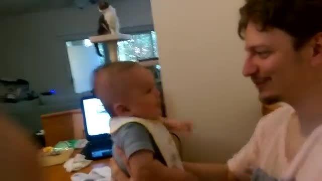 نوزاد سه ماهه که جمله ی دوستت دارم را با پدرش تکرار کرد