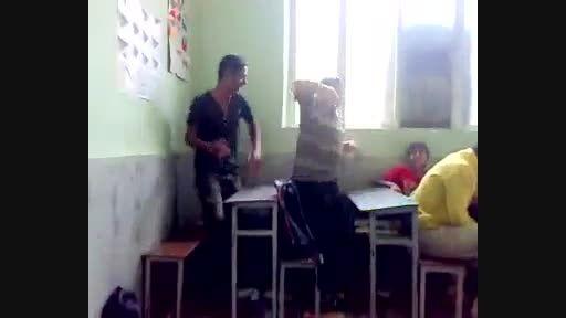 رقص دانش آموزان در کلاس