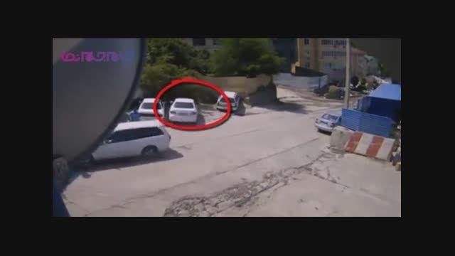 یک سانحه رانندگی عجیب_چپ شدن کامیون روی خودرو+فیلم کلیپ
